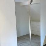 Minimalistisches Ankleidezimmer